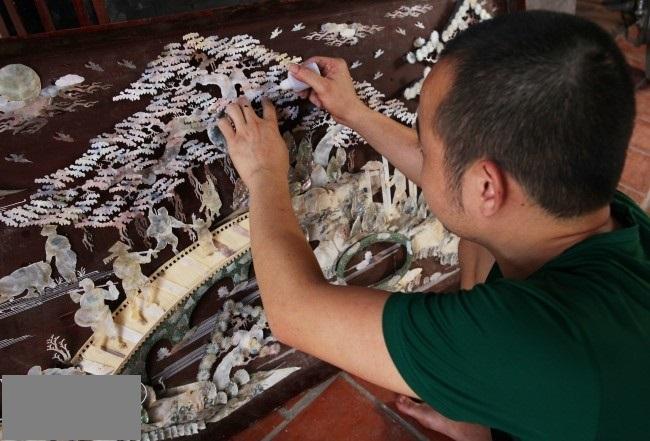 Người nghệ nhân gắn kết các mảnh trai, mảnh ốc lên tranh